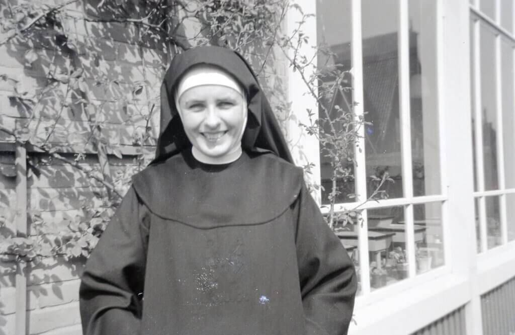 Tante Riet lachend bij het klooster